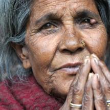 064_nepal_2012_miller_-manfred_neppic_-020412_nepalfrau-im-tempel-in-bhaktapur